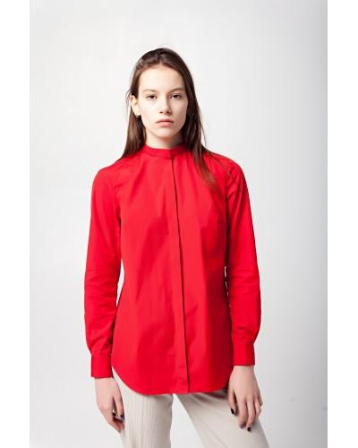 Красная рубашка со складками на спинке